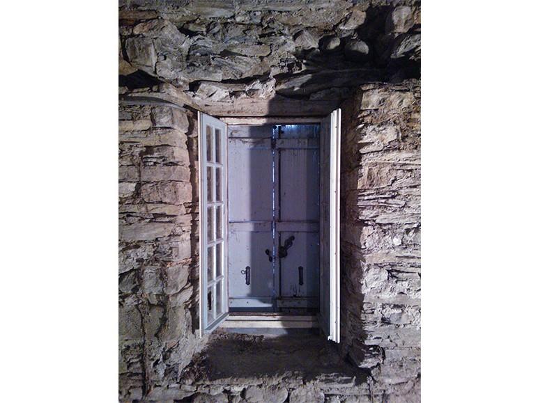 Fenêtre d'une grange pyreneenne avant travaux