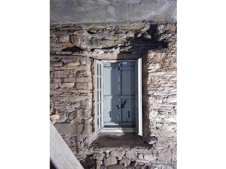 Fenêtre d'une grange pyreneenne